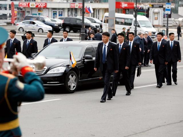 Kim Jong-uns Fahrzeug mit Entourage