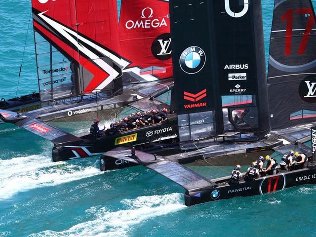Team New Zealand und Team Oracle segeln nur wenige Zentimeter nebeneinander.