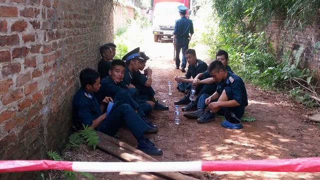 Militärangehörige bewachen die Unglücksstelle
