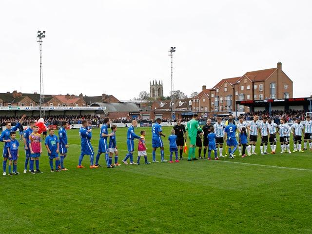 Das Stadion The Northolme. Zwei Teams stehen in der Mitte des Platzes.