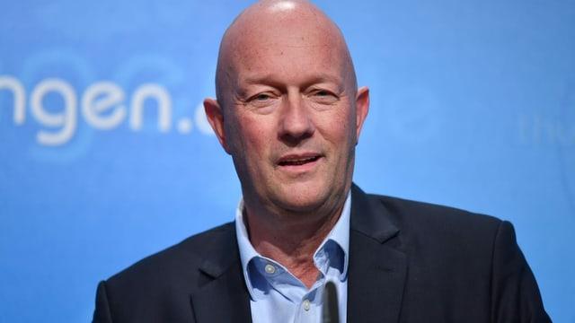 Bleibt, bis Ersatz gefunden ist, Regierungschef von Thüringen: Thomas Kemmerich (FDP).