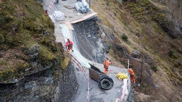 Bauarbeiten an einer abgerutschten Strasse.