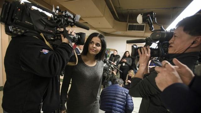 Kameraleute scharen sich um Rahaf Mohammed Alqunun, die im Januar 2019 aus Saudi-Arabien flüchtete.