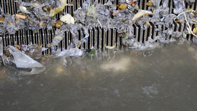 Ein Rechen in mit Abfall in einer Kläranlage.
