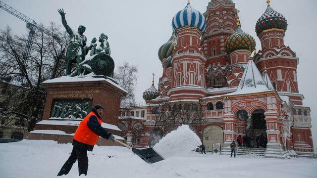 Ein Angestellter befreit den Roten Platz von den Schneemassen.