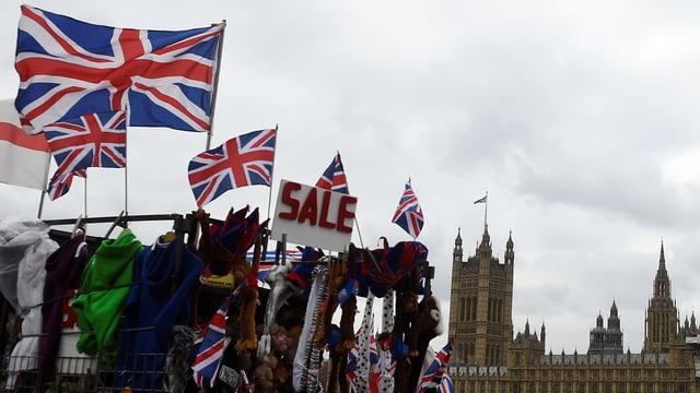 Symbolbild: Britische Fahnen, im Hintergrund Westminster.