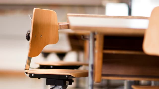 Stuhl in Klassenzimmer.