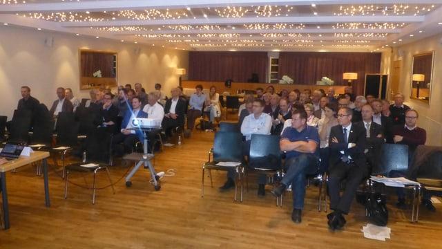 Ils delegads liberaldemocrats en la sala da l'hotel Schweizerhof a Lai.