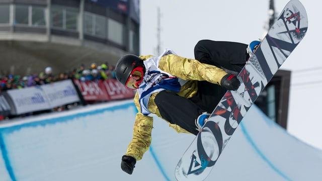 Snowboarder fliegt durch eine Halfpipe