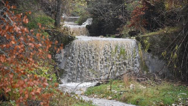 Eine Wasserschwelle mit viel Wasser im Emmental.