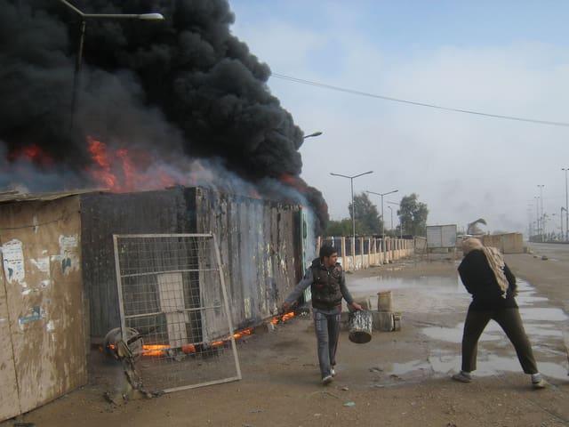 Aufständische haben diese Tankstelle in Falludscha in Brand gesteckt.
