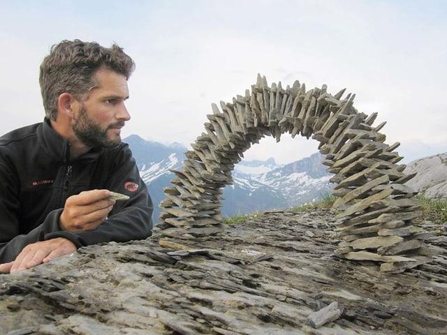 Ivo Mossberger mit einer selbstgebauten Steinbrücke