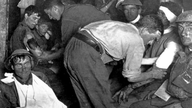 Traumatisierte Soldaten werden gepflegt. Sie schauen alle sehr geschockt aus. Sie sind verletzt.