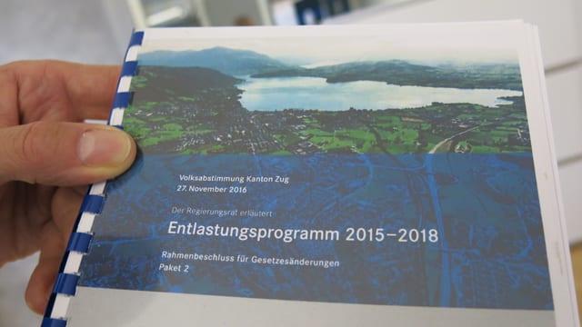 100 Seiten stark ist das Abstimmungsbüchlein des Kantons Zug und erklärt sämtliche Sparmassnahmen.