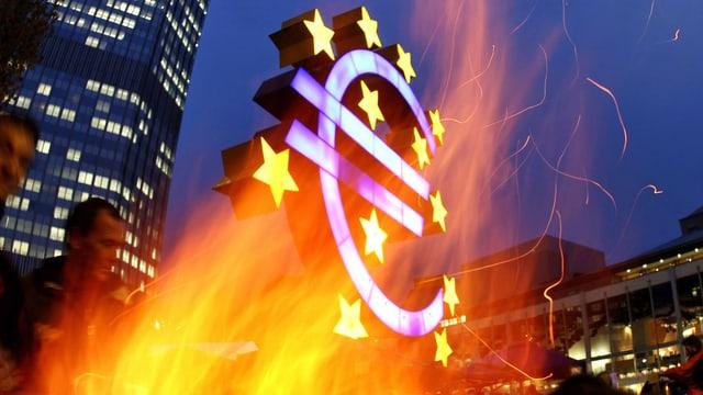 Aktivisten der Occupy-Bewegung in Frankfurt machen vor der Euro-Skulptur in Frankfurt ein Feuer. (keystone)