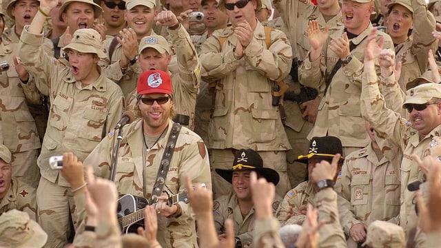 Toby Keith umzingelt von uniformierten US-Soldaten.