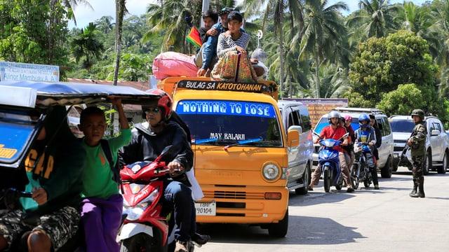 Fahrzeuge stauen sich bei einem Checkpoint.