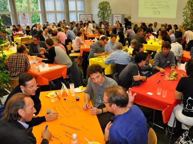 150 Leute debattieren neue Ideen.