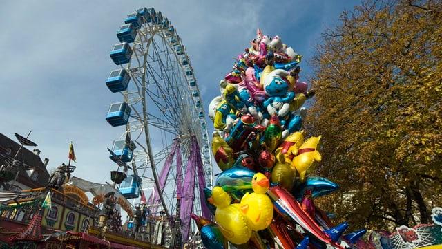 Riesenrad und Luftballons