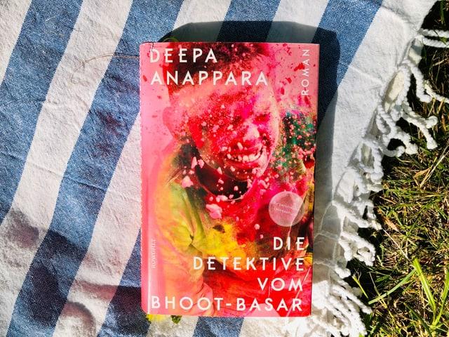 Der Roman «Die Detektive vom Bhoot-Basar» von Deepa Anappara liegt auf indischem Tuch.