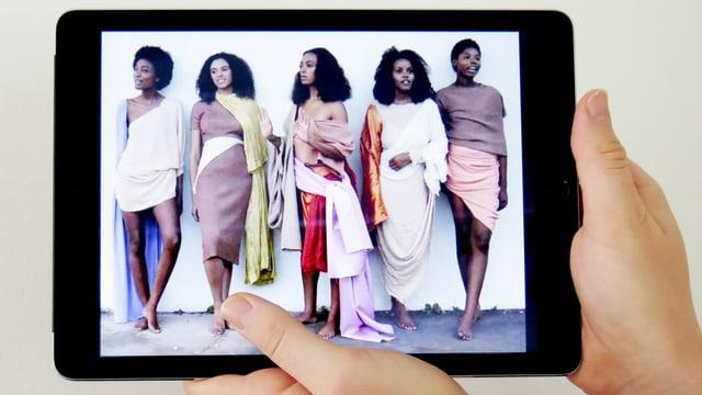 Solange (Mitte) und Models in farbigen Kostümen.