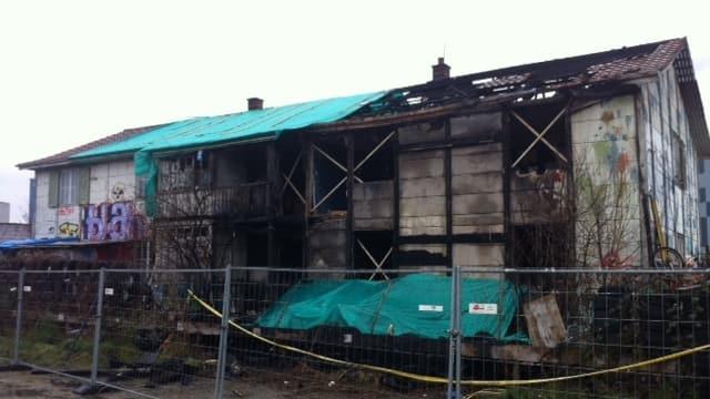 Die zu grossen Teilen ausgebrannte Villa Rosenau, einen Tag nach dem Brand.