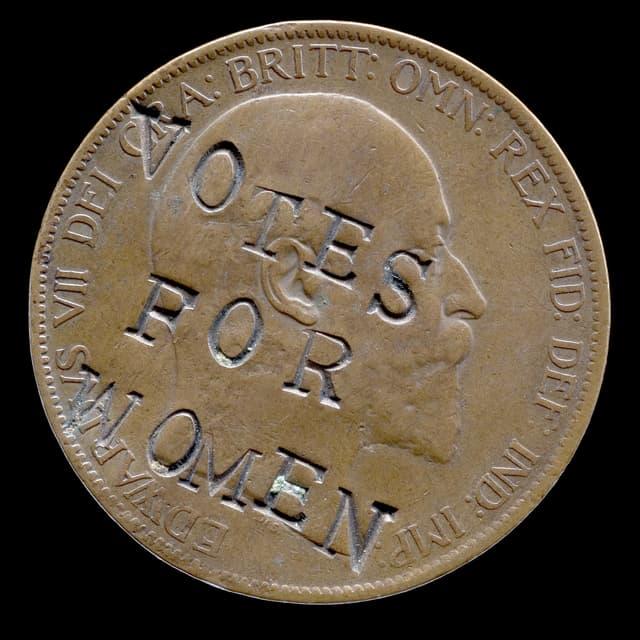 Eine Münze, auf die der Slogan Votes for Women eingebrannt wurde.