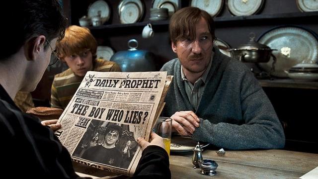Remus Lupin in «Harry Potter». Er sitzt an einem Tisch.