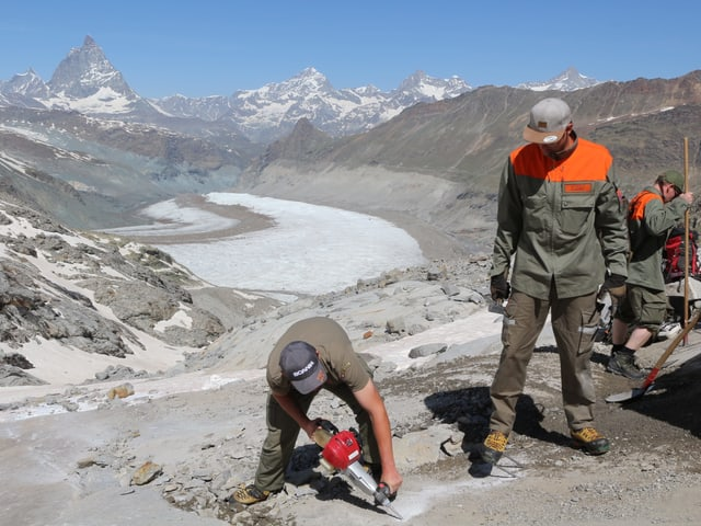 Männer bei der Arbeit, im Hintergrund das Matterhorn.