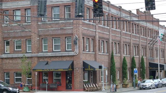 Ein Backstein-Gebäude an einer Kreuzung