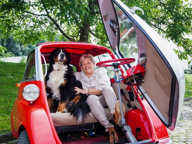 Janine und Hund im Auto.