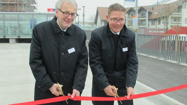 Der Solothurner Stadtpräsident Kurt Fluri und Regierungsrat Roland Fürst eröffnen die neue SBB-Haltestelle Allmend.