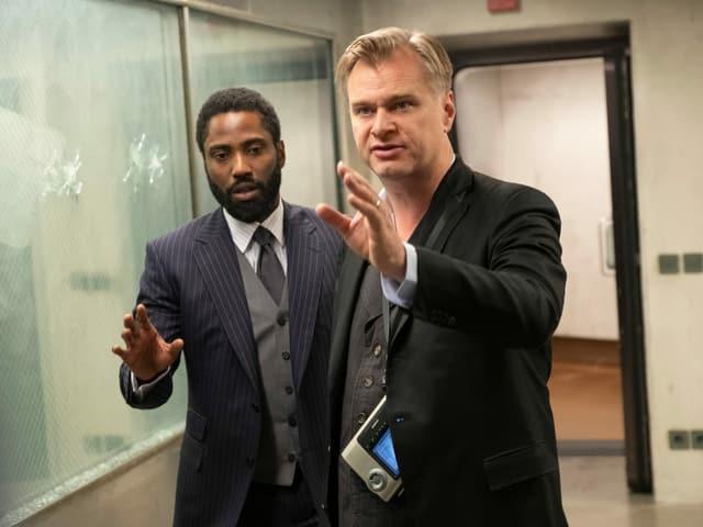 Star-Regisseur Christopher Nolan zeigt John David Washington den Weg (...zur Kinokasse?)