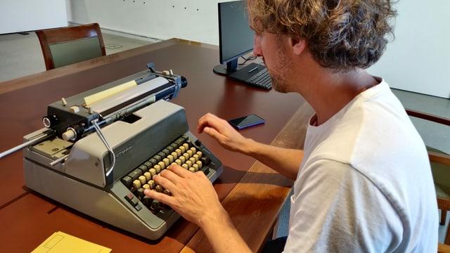 Mann an einer Schreibmaschine