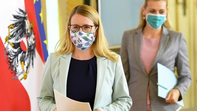 Wirtschaftsministerin Margarete Schramböck mit Maske.