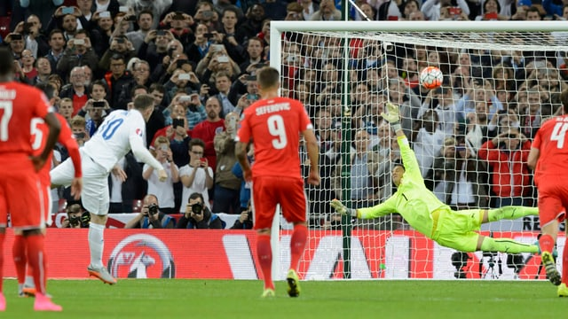 Wayne Rooney nizzegia in penalti encunter Yann Sommer.