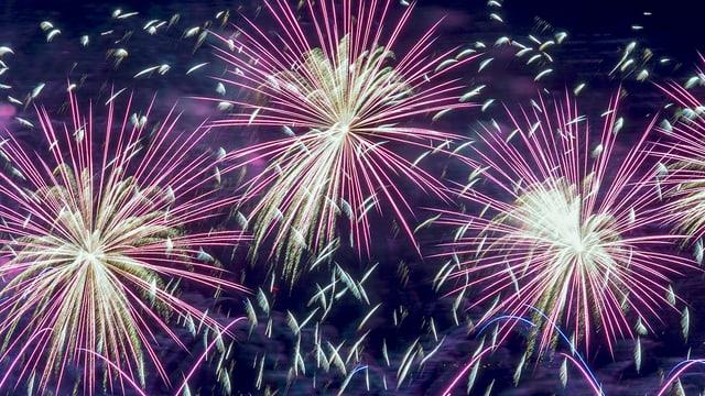 Feuerwerk an klarem Himmel.