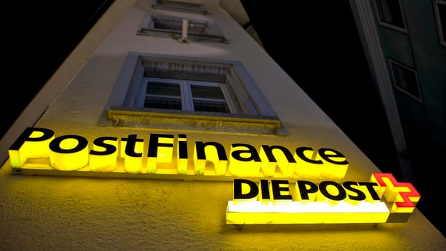 Postfinance-Logo im Dunklen.
