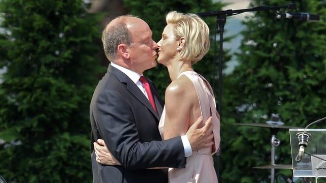 Herzhaft küssen sich Fürst Albert und Charlène