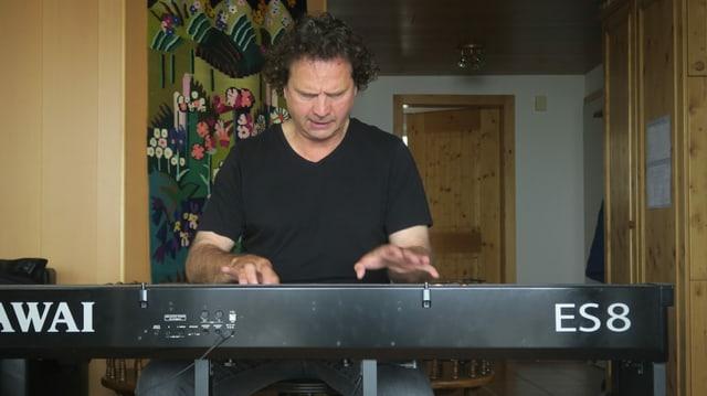 Andreas Haefliger spielt auf seinem E-Piano.