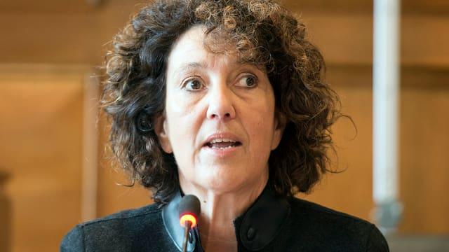 Die Berner Regierungsrätin Barbara Egger spricht in ein Mikrofon.