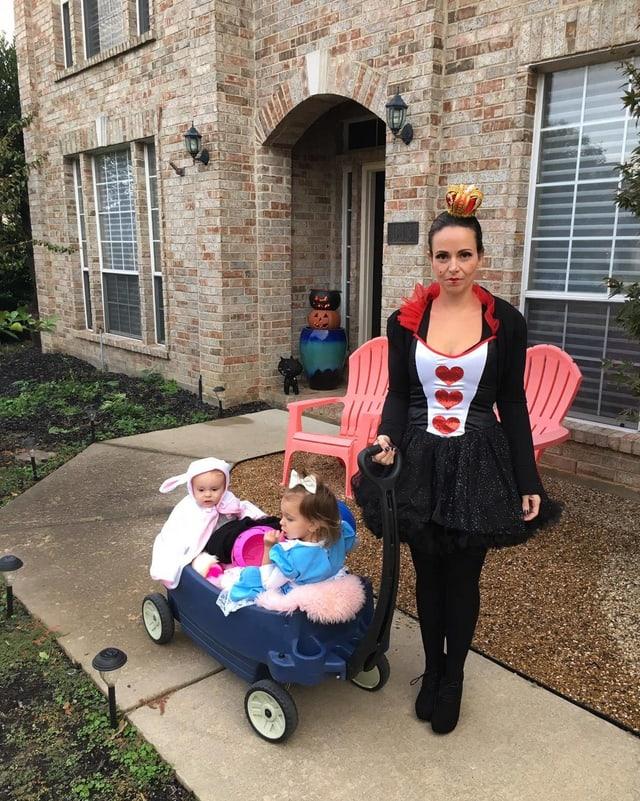 Era Angela Hendry sa costumescha mintg'onn da Halloween.