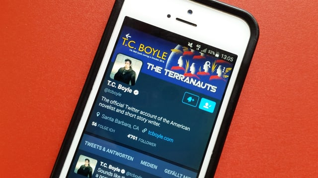 Auf dem Handy ist das Twitterprofil von T.C. Boyle abgebildet.