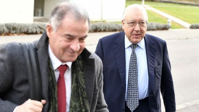 Schwarzenbach und sein Berater im Anzug.