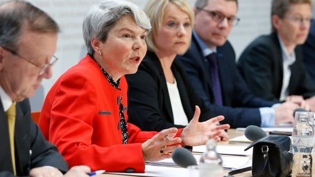 Christa Tobler bei einer Anhörung