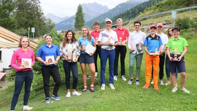 Giuvens golfists cun premis