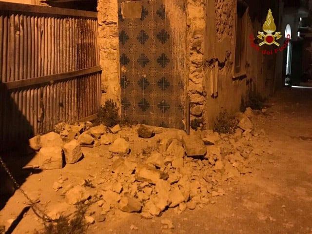 Einige Trümmerteile am Boden nach Erdbeben auf der italienischen Insel Ischia.