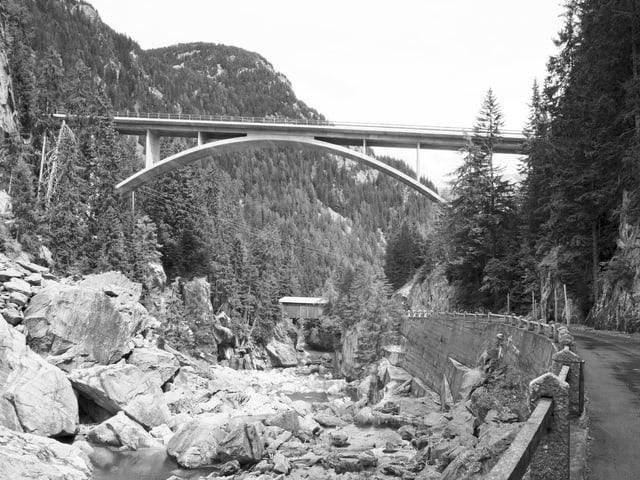 Schwarz-Weiss-Aufnahme einer Brücke über einem Bergbach