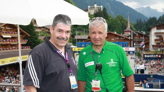 Auf der VIP-Tribüne in Gstaad unterhalten sich Turnierdirektor Ruedi Kunz und SRF-Meteorologe Felix Blumer über Wetter und guten Beachsport.