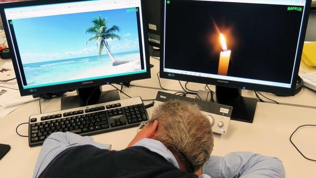 Ein Mann ist vor zwei Computerbildschirmen eingeschlafen.